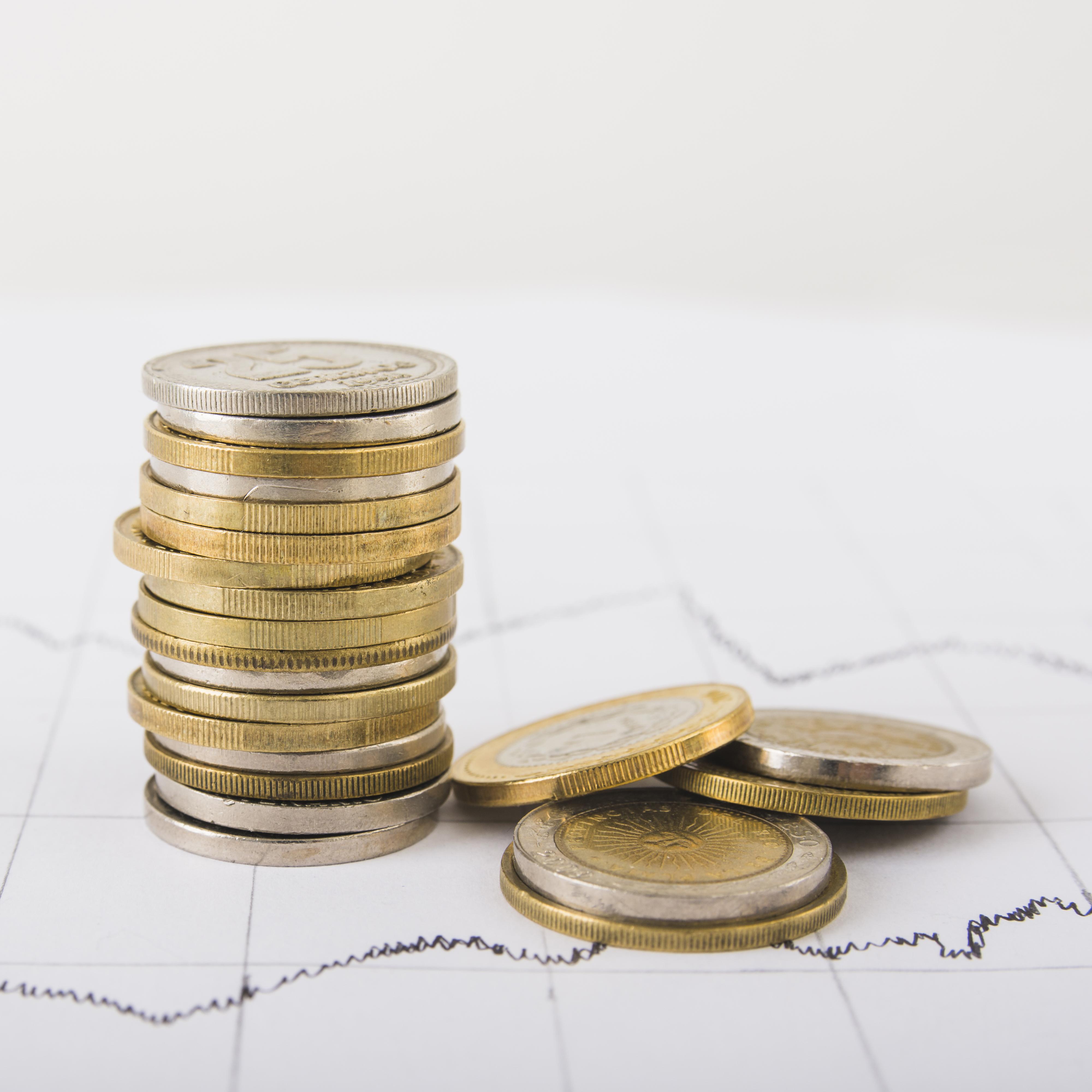 pilha de moedas em cima de uma mesa